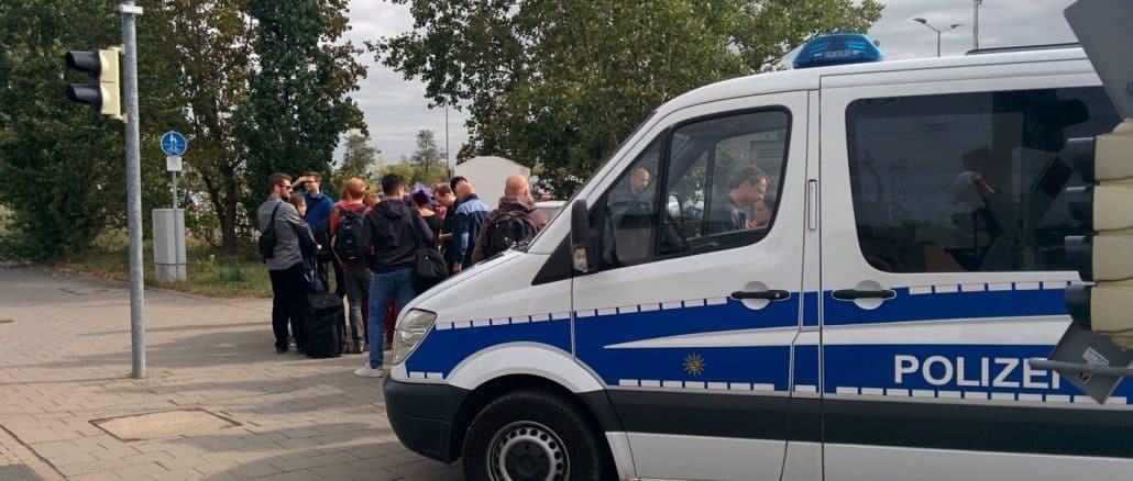 """Polizeieinsatz in Wiederitzsch: Am Haltepunkt """"NeueMesse"""" der Deutschen Bahn rastet Fahrgast aus - Zug wurde evakuiert."""
